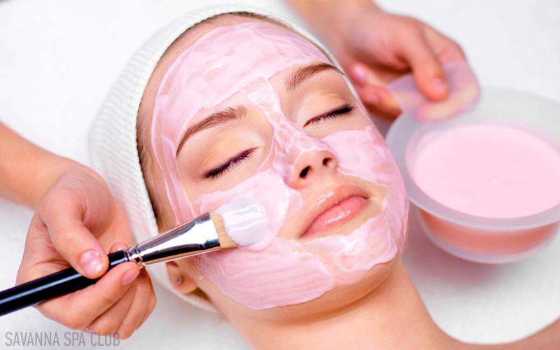 косметолог наносить маску на обличчя