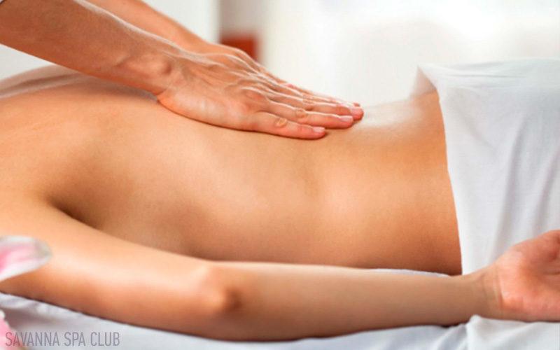 масаж робить масажист в салоні SAVANNA