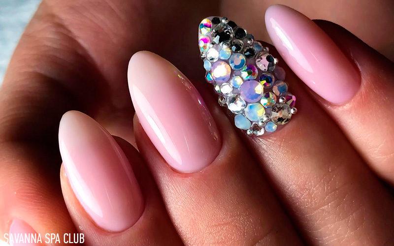 Нарощення нігтів із дизайном камінчиками та покриттям рожевим