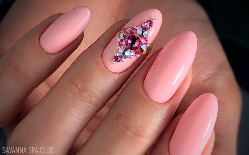 манікюр рожевий із дизайном нігтів камінчиками