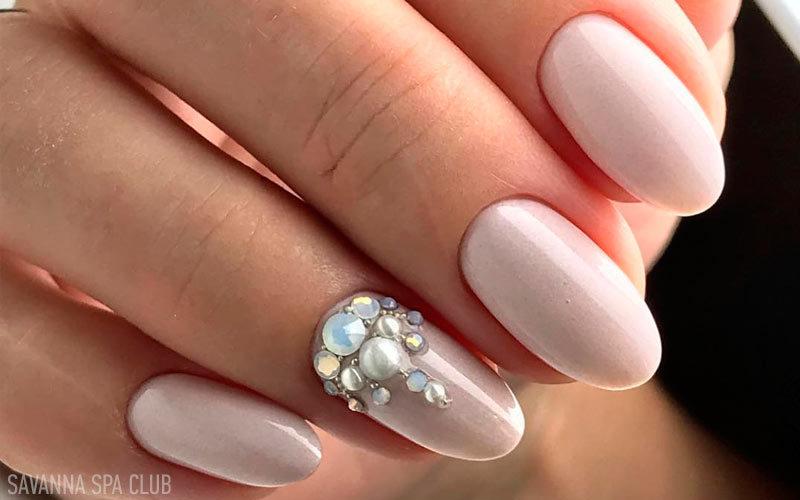 манікюр із дизайном нігтів камінчиками