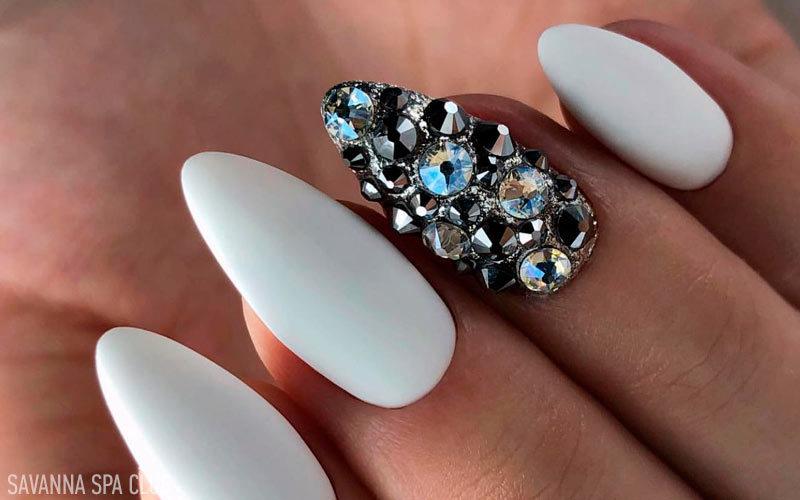 нарощення нігтів із дизайном камінчиками