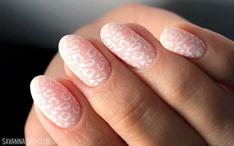 нарощені нігті овальної форми із дизайном