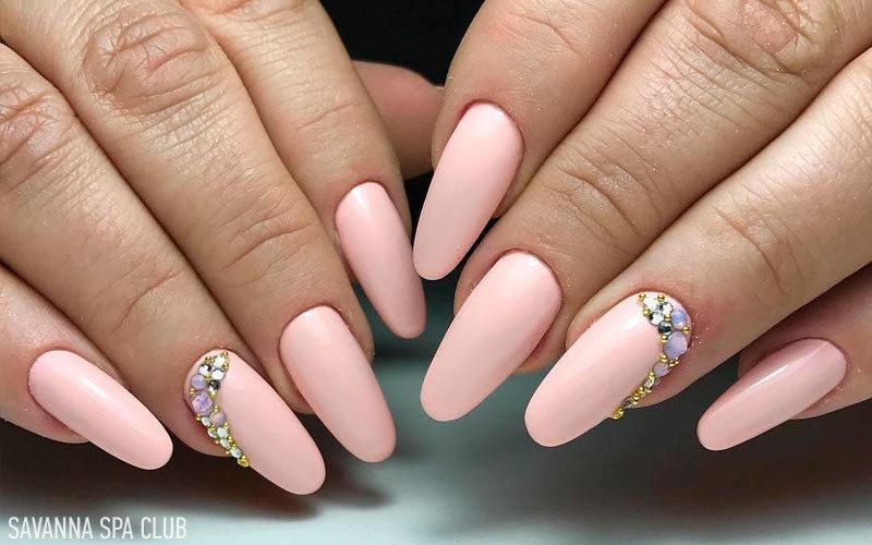 нарощення нігтів миндальної формиіз декором