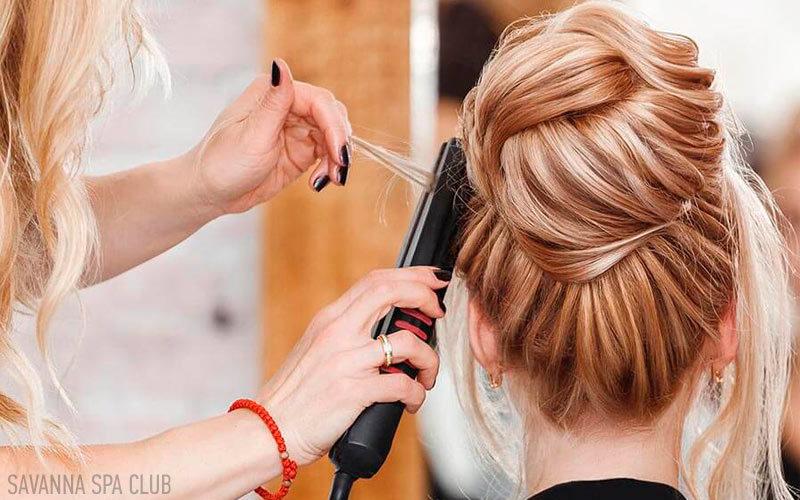перукар робить зачіску
