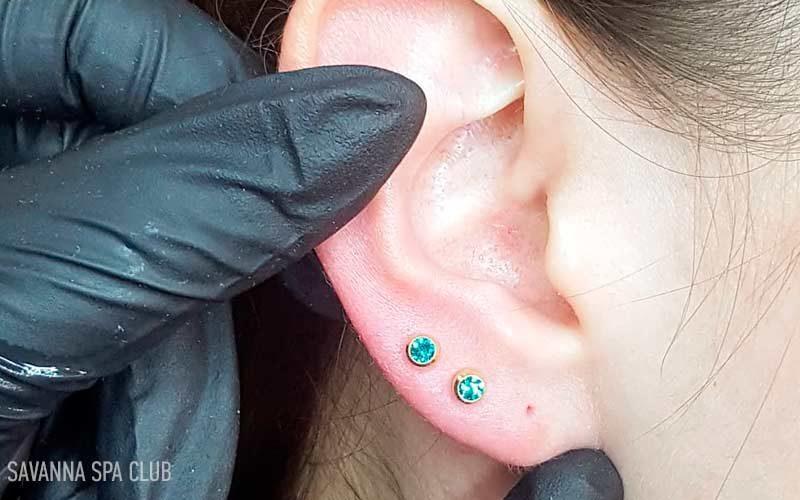 пробите вухо із двома сережками